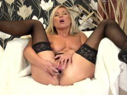 Geile blonde nutte in sexy dessous foto 2